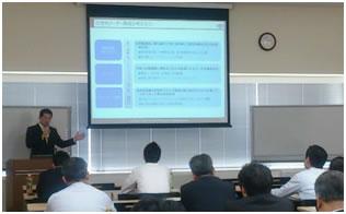 次世代リーダーの選抜・育成に関して説明する横田講師